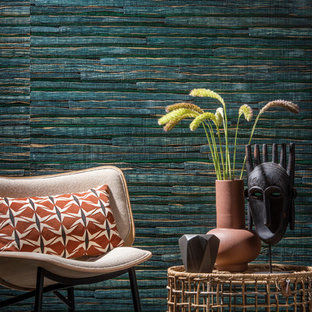 他の地域のトロピカルスタイルのおしゃれなファミリールーム (緑の壁、コンクリートの床、暖炉なし、グレーの床) の写真
