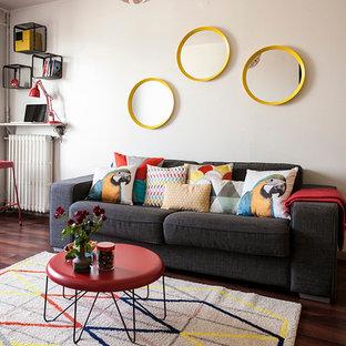 Exemple d'une salle de séjour tendance de taille moyenne et fermée avec un mur blanc, un sol en bois foncé, aucune cheminée et aucun téléviseur.
