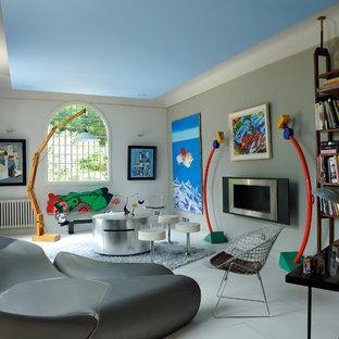 Idées déco pour une salle de séjour avec une bibliothèque ou un coin lecture éclectique de taille moyenne et fermée avec un mur gris et un sol en carrelage de céramique.