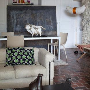 Aménagement d'une salle de séjour éclectique de taille moyenne et fermée avec un mur blanc, aucun téléviseur et un sol en brique.