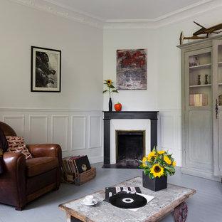 Exemple d'une salle de séjour scandinave avec un mur blanc, un sol en bois peint, une cheminée d'angle et aucun téléviseur.