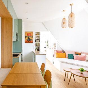 Idee per un soggiorno shabby-chic style di medie dimensioni e aperto con libreria, pareti bianche, parquet chiaro, nessun camino, TV a parete e pavimento marrone