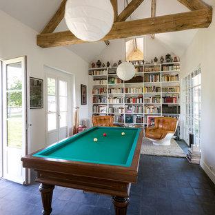 Idée de décoration pour une grande salle de séjour champêtre fermée avec salle de jeu, un mur blanc, un sol en carrelage de céramique, aucune cheminée et aucun téléviseur.