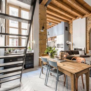 Réalisation d'une salle de séjour bohème de taille moyenne et ouverte avec un bar de salon, un mur bleu, un sol en bois peint, une cheminée standard et un téléviseur indépendant.