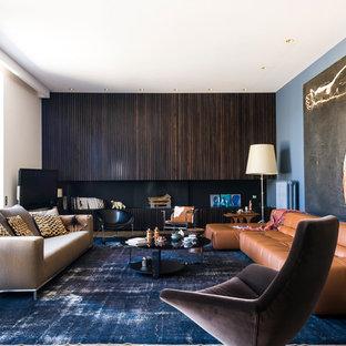 Exemple d'une salle de séjour tendance avec un sol en bois brun et un mur multicolore.