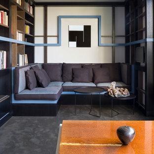 Cette photo montre une salle de séjour avec une bibliothèque ou un coin lecture tendance de taille moyenne et fermée avec un mur blanc et moquette.