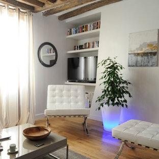Idées déco pour une salle de séjour contemporaine de taille moyenne et ouverte avec un mur blanc, un sol en bois brun et un téléviseur indépendant.