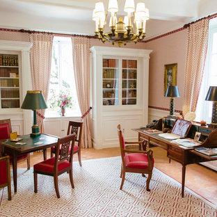 Aménagement d'une salle de séjour victorienne fermée avec salle de jeu, un mur multicolore, un sol en carreau de terre cuite et un sol orange.