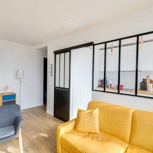 Imagen de sala de estar abierta, escandinava, de tamaño medio, con paredes blancas y suelo de linóleo