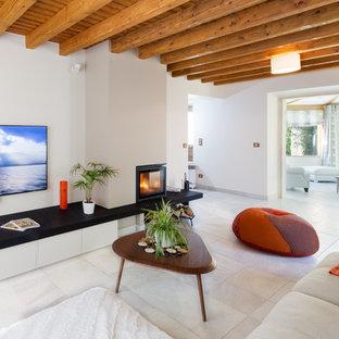 Inspiration pour une salle de séjour bohème avec un mur blanc et une cheminée d'angle.