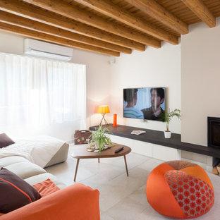 Aménagement d'une salle de séjour campagne de taille moyenne et ouverte avec un mur blanc, une cheminée d'angle, un téléviseur fixé au mur, un sol en carrelage de céramique et un manteau de cheminée en métal.