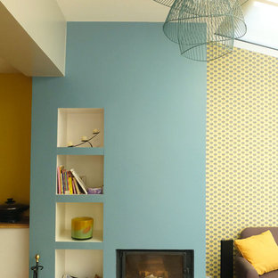Ispirazione per un grande soggiorno minimalista aperto con parquet chiaro, camino classico, nessuna TV e pareti blu