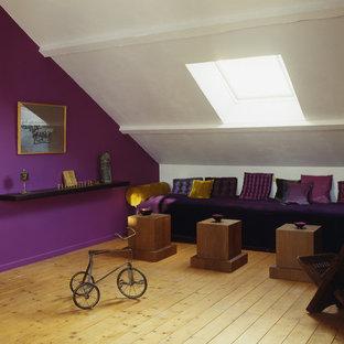 Idées déco pour une salle de séjour contemporaine de taille moyenne avec un mur violet, un sol en bois brun et aucun téléviseur.