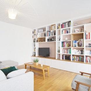 Aménagement d'une salle de séjour contemporaine avec un mur blanc, un sol en bois brun, un téléviseur encastré et un sol marron.