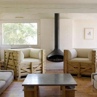 Aménagement d'une salle de séjour contemporaine de taille moyenne et fermée avec un sol en carreau de terre cuite.