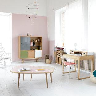 Cette image montre une salle de séjour design de taille moyenne et fermée avec un mur multicolore, un sol en bois peint et aucun téléviseur.