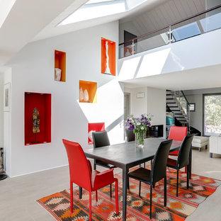 Aménagement d'une salle de séjour contemporaine avec un mur blanc et un sol gris.