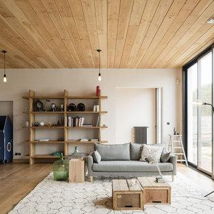 Aménagement d'une salle de séjour contemporaine avec un mur blanc, un sol en bois brun et un sol marron.