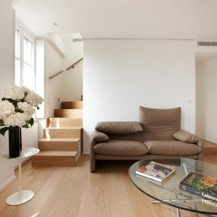 Idées déco pour une salle de séjour contemporaine de taille moyenne et ouverte avec un mur blanc, un sol en bois brun et aucun téléviseur.