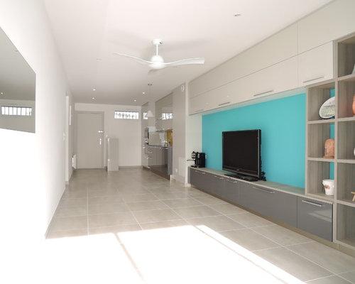 Salle de s jour moderne avec un sol en carrelage de for Salle sejour moderne