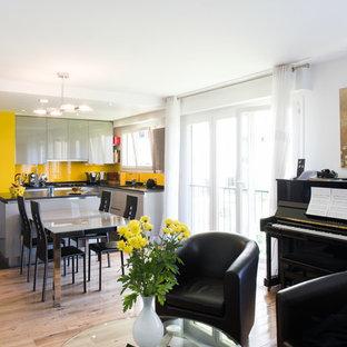 Cette image montre une salle de séjour ethnique de taille moyenne et ouverte avec une salle de musique, un mur blanc, un sol en bois clair, aucune cheminée et aucun téléviseur.