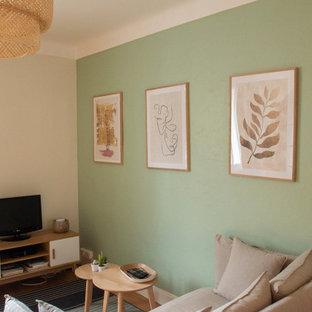 Idee per un soggiorno nordico di medie dimensioni e aperto con pareti verdi, parquet scuro, nessun camino e TV autoportante