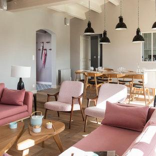 ナントの広い北欧スタイルのおしゃれな独立型ファミリールーム (ライブラリー、グレーの壁、淡色無垢フローリング、標準型暖炉、テレビなし) の写真