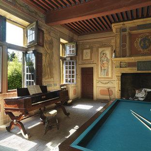 Cette photo montre une salle de séjour chic avec une salle de musique, un mur multicolore, une cheminée standard et un sol gris.