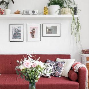 Foto de sala de estar cerrada, bohemia, pequeña, con televisor colgado en la pared