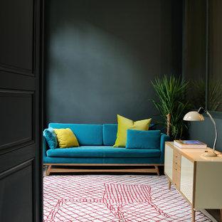 Idée de décoration pour une salle de séjour design de taille moyenne et fermée avec un mur vert, un sol en bois brun, aucune cheminée et aucun téléviseur.