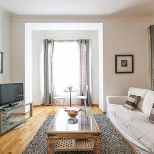 Inspiration pour une grande salle de séjour méditerranéenne ouverte avec un mur blanc, un sol en bois brun, une cheminée standard, un manteau de cheminée en pierre et un téléviseur indépendant.