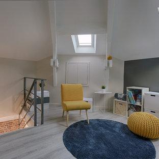 Ispirazione per un piccolo soggiorno industriale stile loft con sala giochi, pareti bianche, pavimento in compensato, nessun camino, TV autoportante e pavimento grigio