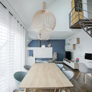 Idée de décoration pour une grande salle de séjour design ouverte avec un mur blanc, un sol en bois brun, un téléviseur indépendant et un sol marron.