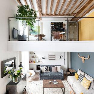 Réalisation d'une salle de séjour mansardée ou avec mezzanine urbaine de taille moyenne avec un mur multicolore et un sol en bois clair.