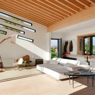 Inspiration pour une grande salle de séjour design ouverte avec un mur blanc, un sol en bois foncé, aucun téléviseur et un sol marron.
