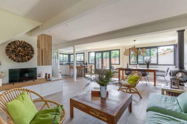 Средиземноморский Семейная комната by Expression Architecte Intrieur