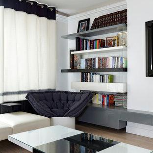 Idées déco pour une grande salle de séjour avec une bibliothèque ou un coin lecture scandinave avec un mur blanc et un sol en bois clair.