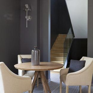 Exemple d'une salle de séjour tendance de taille moyenne et ouverte avec un mur gris, un sol en carrelage de céramique et aucun téléviseur.