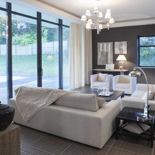 ルアーブルの中サイズのコンテンポラリースタイルのおしゃれなファミリールーム (グレーの壁、セラミックタイルの床) の写真