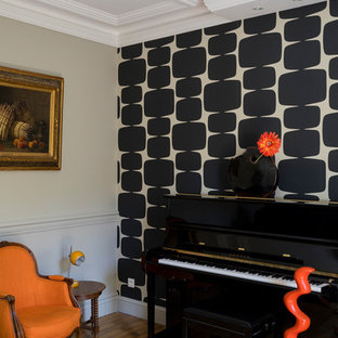 Réalisation d'une grande salle de séjour avec une bibliothèque ou un coin lecture tradition ouverte avec un sol en bois clair et une cheminée standard.