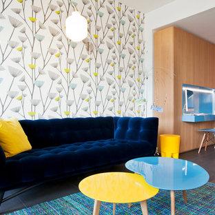 Cette photo montre une salle de séjour tendance de taille moyenne et ouverte avec un mur multicolore, aucune cheminée et aucun téléviseur.
