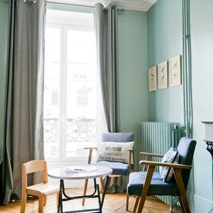Réalisation d'une salle de séjour design de taille moyenne et ouverte avec un mur bleu, un sol en bois brun, aucune cheminée et aucun téléviseur.