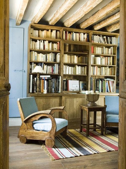 Salle de s jour avec un sol en bois brun et un mur bleu for Salle de sejour bleu