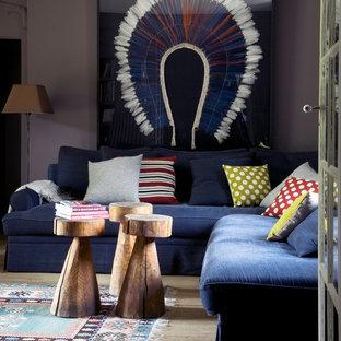 パリの中サイズのコンテンポラリースタイルのおしゃれな独立型ファミリールーム (グレーの壁、淡色無垢フローリング、標準型暖炉、レンガの暖炉まわり、テレビなし、茶色い床) の写真