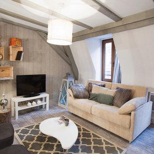 Idées déco pour une salle de séjour classique de taille moyenne avec un mur beige, un sol en bois brun, aucune cheminée et un téléviseur indépendant.