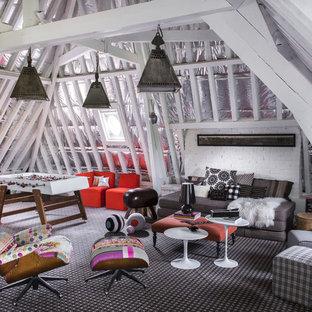 Inspiration pour une salle de séjour bohème de taille moyenne avec salle de jeu, une cheminée ribbon, un manteau de cheminée en brique, un mur blanc et moquette.