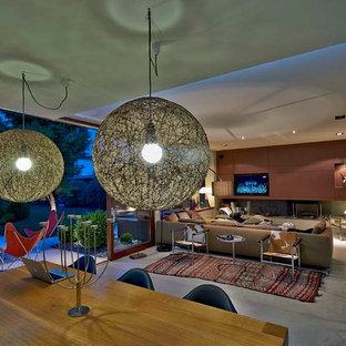 Exemple d'une grande salle de séjour tendance ouverte avec un mur marron et un téléviseur fixé au mur.