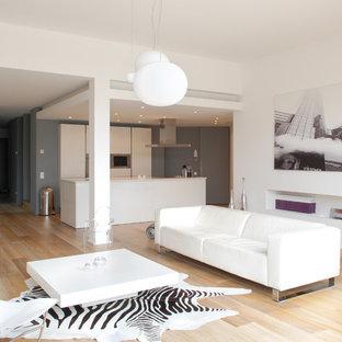 Idées déco pour une grande salle de séjour contemporaine ouverte avec un mur blanc et un sol en bois brun.