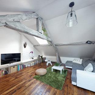 Idée de décoration pour une petite salle de séjour design fermée avec un téléviseur indépendant, un mur blanc, un sol en bois brun et aucune cheminée.