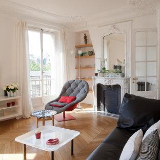 Aménagement d'une salle de séjour contemporaine avec un mur blanc, un sol en bois brun et une cheminée standard.